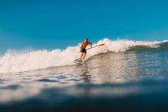 12 avril 2019 Bali, Indon?sie Tenez le tour de surfer de palette sur le ressac Tenez la palette surfant aux vagues dans Bali photo stock