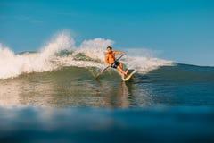 12 avril 2019 Bali, Indon?sie Tenez le tour de surfer de palette sur le ressac Tenez la palette surfant aux vagues dans Bali images libres de droits