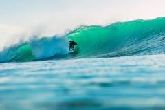 25 avril 2019 Bali, Indon?sie Tour de surfer sur la vague de baril Surfer professionnel avec les ressacs id?aux ? la plage de Bin photo libre de droits
