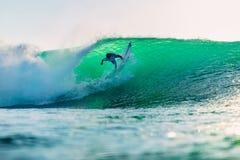 25 avril 2019 Bali, Indon?sie Tour de surfer sur la vague de baril Surfer professionnel avec les ressacs id?aux ? la plage de Bin photos stock