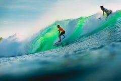 25 avril 2019 Bali, Indon?sie Tour de surfer sur la vague de baril Surfer professionnel avec les ressacs id?aux ? la plage de Bin photo stock