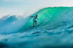 25 avril 2019 Bali, Indon?sie Tour de surfer sur la vague de baril Surfer professionnel avec les ressacs id?aux ? la plage de Bin photos libres de droits