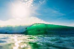 25 avril 2019 Bali, Indon?sie Tour de surfer sur la vague de baril Surfer professionnel avec les ressacs id?aux ? la plage de Bin images libres de droits