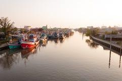 AVRIL 11,2016 - bateaux de pêche dans le vill de pêche d'estuaire de Mahachai Photos libres de droits