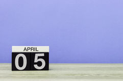 5 avril Jour 5 de mois, calendrier sur la table en bois et fond pourpre Printemps, l'espace vide pour le texte Image stock