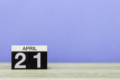 21 avril jour 21 de mois, calendrier sur la table en bois et fond pourpre Printemps, l'espace vide pour le texte Photographie stock