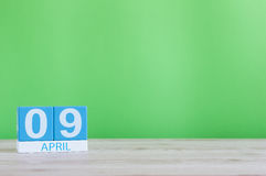 9 avril Jour 9 de mois, calendrier sur la table en bois et fond vert Printemps, l'espace vide pour le texte Images libres de droits