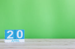 20 avril Jour 20 de mois, calendrier sur la table en bois et fond vert Printemps, l'espace vide pour le texte Image libre de droits