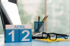 12 avril Jour 12 de mois, calendrier sur le fond de local commercial, lieu de travail avec l'ordinateur portable et verres Le pri Image stock