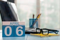 6 avril Jour 6 de mois, calendrier sur le fond de local commercial, lieu de travail avec l'ordinateur portable et verres Printemp Photographie stock libre de droits