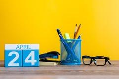 24 avril Jour 24 du mois, calendrier sur le fond de local commercial, lieu de travail Le printemps… a monté des feuilles, fond na Images libres de droits