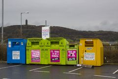 10 avril 2018 l'habillement en acier coloré encaisse pour des charités situées dans le parking supplémentaire local de Tesco au c photographie stock libre de droits
