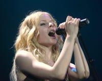 Avril Lavigne Performs i konsert arkivbild