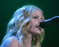 Avril Lavigne Performs i konsert royaltyfri fotografi