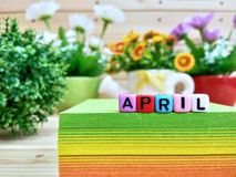 avril Lettres colorées de cube sur le bloc collant de note images stock