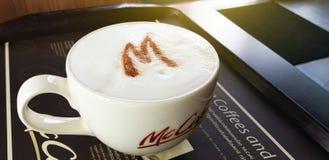29 avril 2018 Pathumthani Thaïlande : Tasse de McCafe de café d'art, Mc Images libres de droits