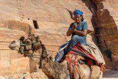 Avril 2017 PETRA, Jordanie : Le bédouin montre le désaccord de traditionnel et de la vie moderne photos stock