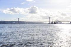 25 avril pont au-dessus de la rivière de Tago à Lisbonne Image stock