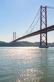 25 avril pont contre le ciel bleu - Lisbonne Photos stock