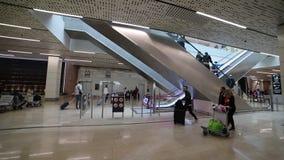 30 avril 2019, PRAGUE, TCHÈQUE : Aéroport de Vaclav Havel - personnes avec un laggage marchant dans l'aéroport