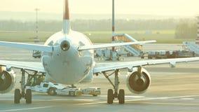 30 avril 2019, PRAGUE, TCHÈQUE : Aéroport de Vaclav Havel - un avion énorme passe la piste d'aéroport et fait un tour banque de vidéos