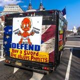 11 avril 2018 - WASHINGTON DC - le panneau d'affichage mobile pour le 2ème amendement, se protégeant lance des droites, Américain photo libre de droits