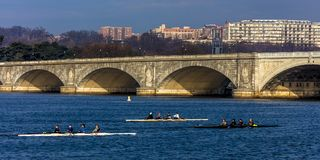10 avril 2018 - WASHINGTON DC - le pont commémoratif croise fleuve Potomac devant Rosslyn, Potomac, Etats-Unis photos stock