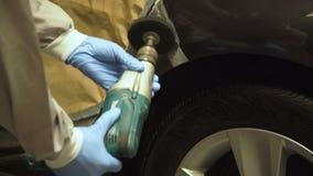 Avrivning av bilen med en malande maskin 4K arkivfilmer