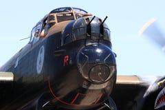 Avro兰卡斯特轰炸机鼻子驾驶舱,鼻子扫射与运转的引擎 免版税库存照片
