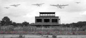 Avro Lancaster bombplan som flyger över gammalt flygfält Arkivbild
