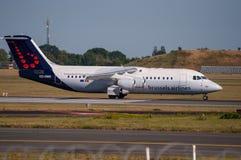 Avro RJ100 de ligne aérienne de Bruxelles décolle de l'aéroport Kastrup de Copenhague Images libres de droits