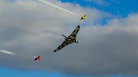 Avro Vulcan con dos mosquitos de Folland Foto de archivo