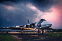 Avro Vulcan XJ823 pod ciężkimi niebami podczas elektrycznej burzy zdjęcie royalty free