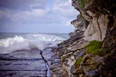 Avsats på grunden av kust- klippor royaltyfri fotografi