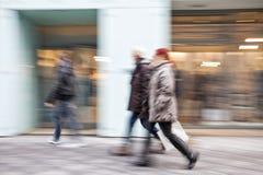 Avsiktlig suddig bild av ungdomari köpcentrum Arkivfoto