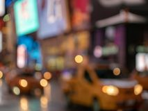 Avsiktligt defocused skott av gula taxitaxiar som igenom zoomar fotografering för bildbyråer