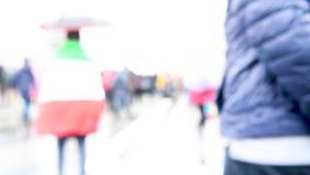 Avsiktligt suddigt abstrakt gem för rörelse av första-personen som går till och med pendlare och folk i en europeisk stad i en re stock video