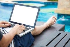 Avskärma modellen av bärbara datorn som en man använder i pölen på semester - Royaltyfria Bilder