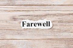 Avsked av ordet på papper Begrepp Ord av avskedet på en träbakgrund arkivbild