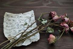 Avskedbokstav med vissna rosor royaltyfri fotografi