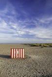 Avskild gjord randig strandkoja för semester flykt Royaltyfria Foton
