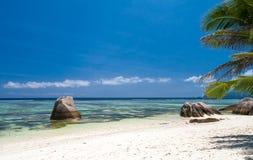 Avskild strand i Seychellerna Royaltyfria Foton