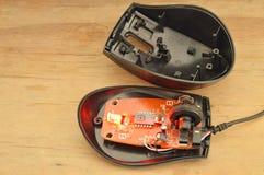 Avskilda delar för dator mus på träbräde Royaltyfri Bild