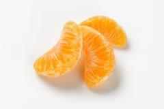 Avskilda segment av tangerin Arkivbilder