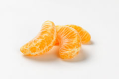 Avskilda segment av tangerin Arkivfoto