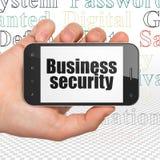 Avskildhetsbegrepp: Räcka hållande Smartphone med affärssäkerhet på skärm Arkivfoton