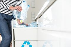 Avskilja plast-flaskor royaltyfri fotografi