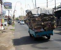 Avskräde-/återvinninglastbil som bär förlorad papp vid vägen arkivbild