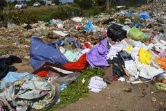 Avskräde från gamla kläder från stads- och industriområden Royaltyfria Bilder