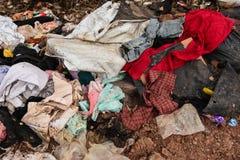 Avskräde från gamla kläder från stads- och industriområden Fotografering för Bildbyråer